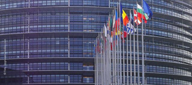 Europaparlament mit Flaggen davor