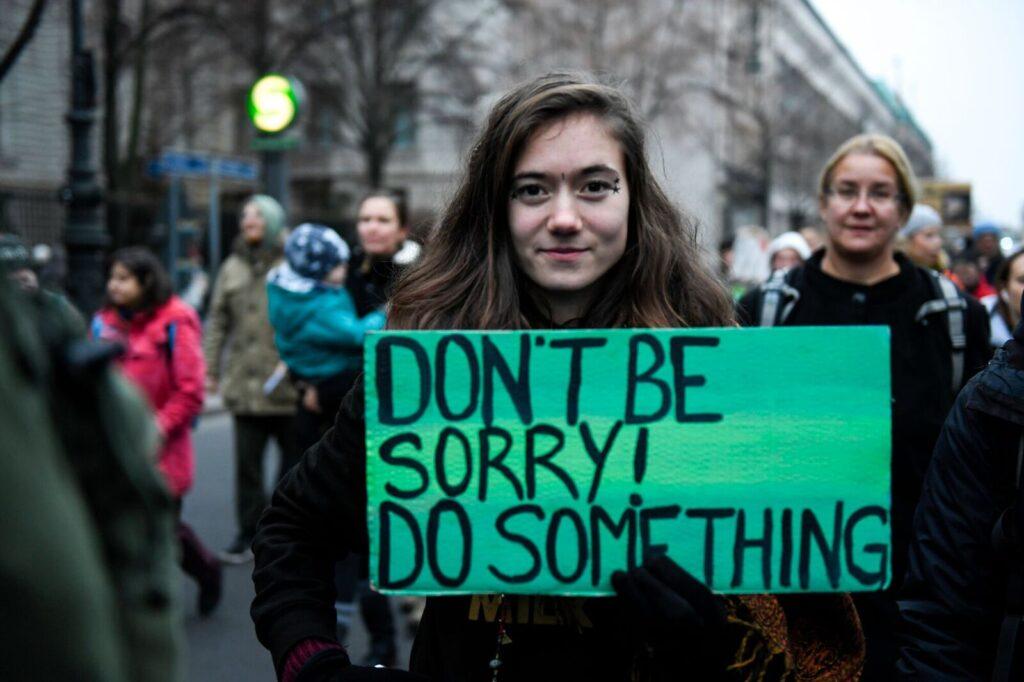 Demonstrantin mit einem Plakat
