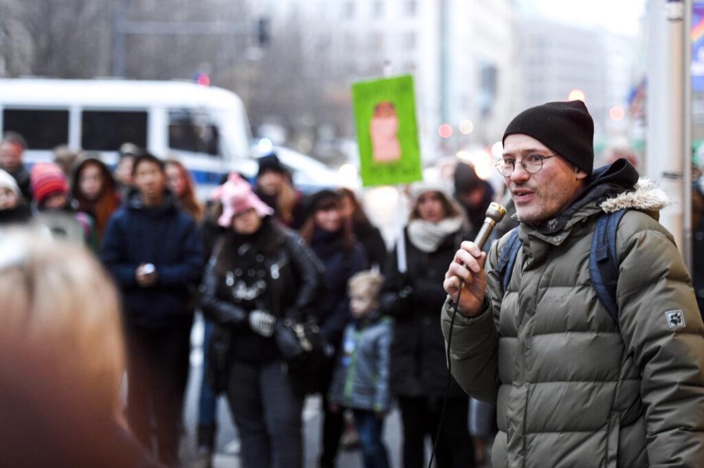 Michael Efler Die Linke Sprecher mit Mikrofon