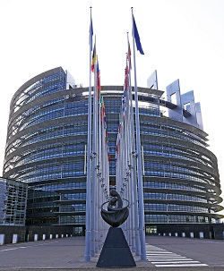Das europäische Parlament, Gebäude mit Flaggen