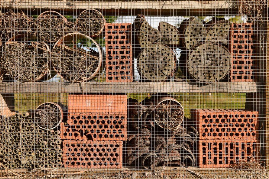 Ein Bienenhotel aus Steinen und Holz
