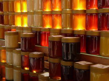 Honiggläser gestapelt im Regal