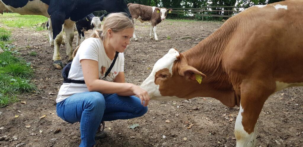 Anne Hamester und eine junge Kuh
