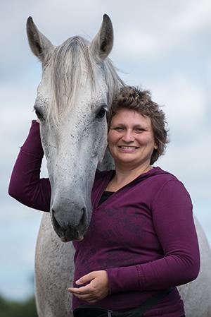 Marlitt Wendt und ein weißes Pferd