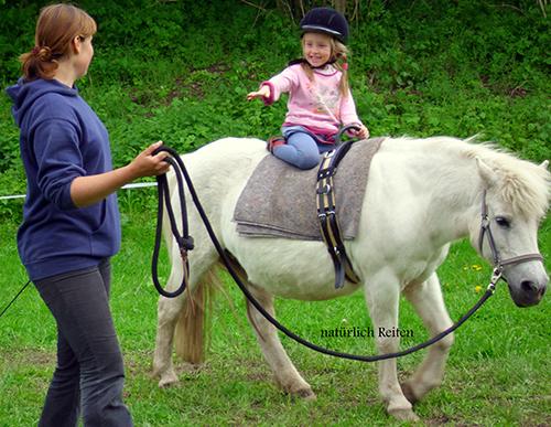 Ein Kind auf einem Pony