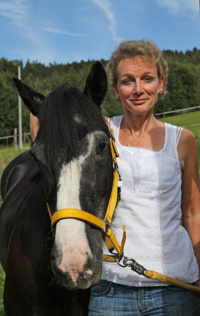 Tina-v-d-Brüggen mit einem Pferd