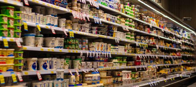 Ein Regal im Supermarkt