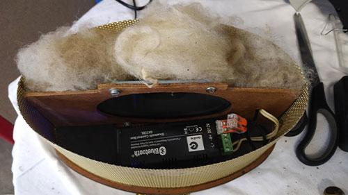 Ein Lautsprecher von innen mit Wolle