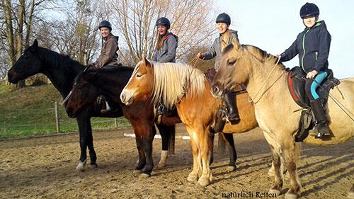 Vier Reiterinnen auf ihrern Pferden