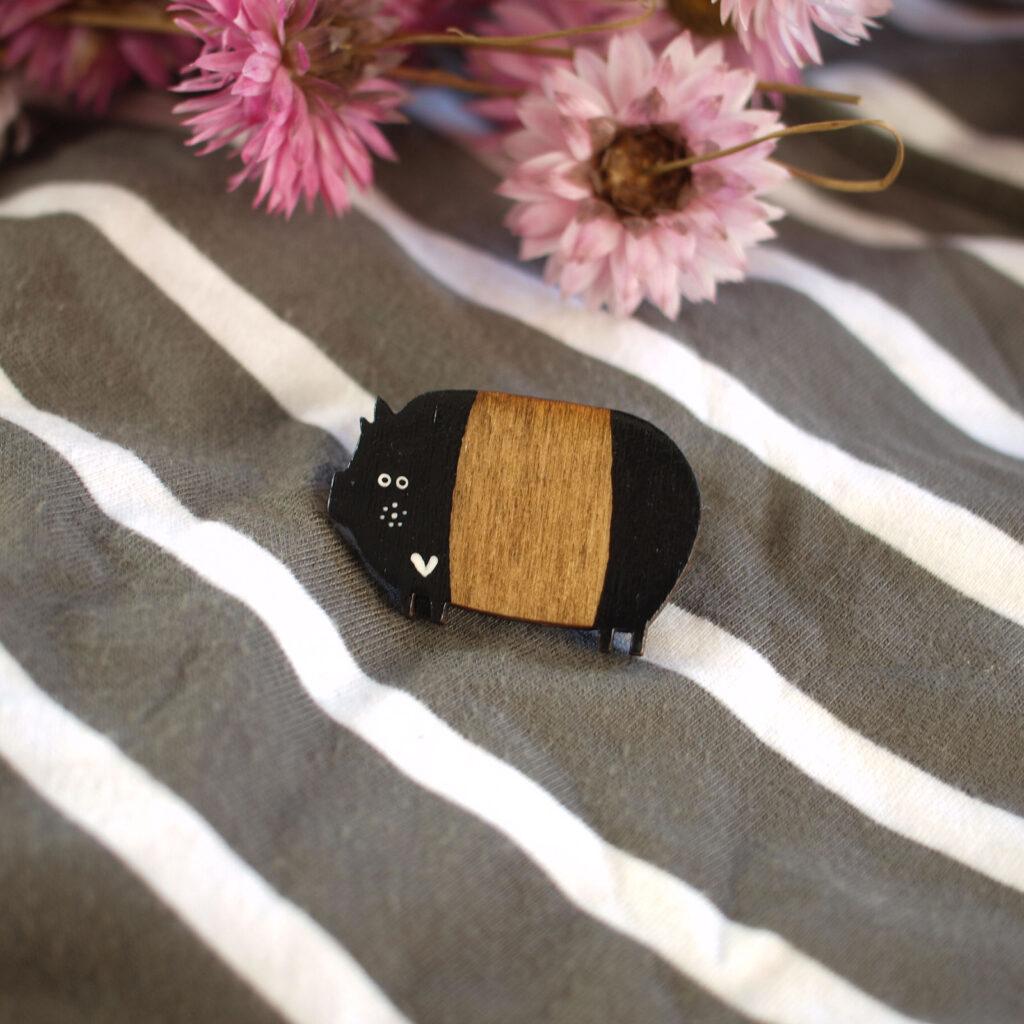 Brosche aus Holz