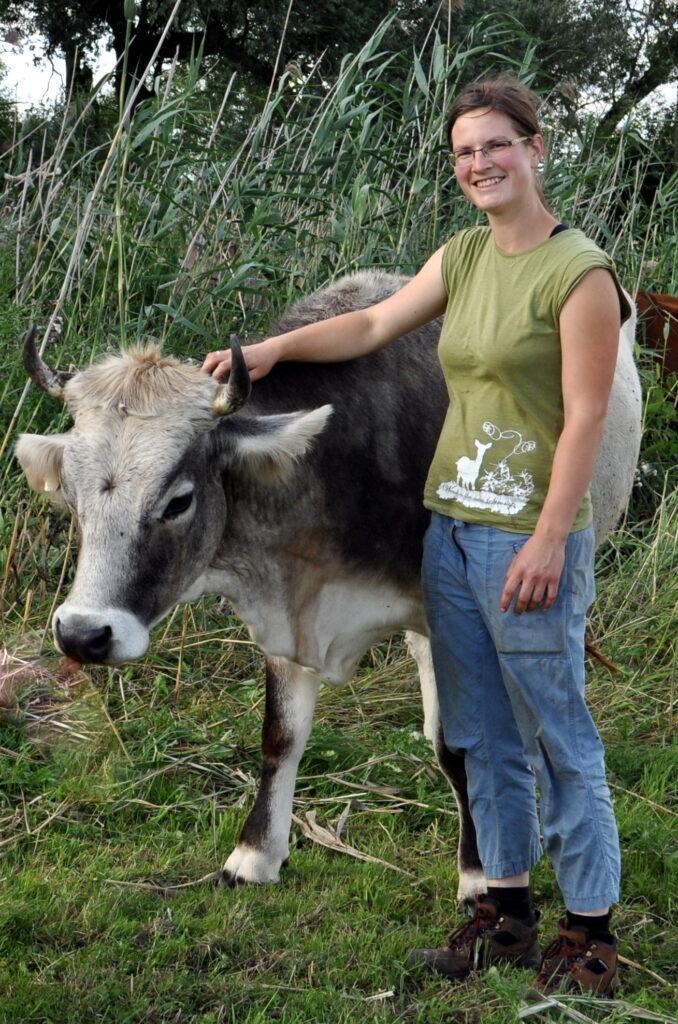 Eine stolze Kuh und eine Frau