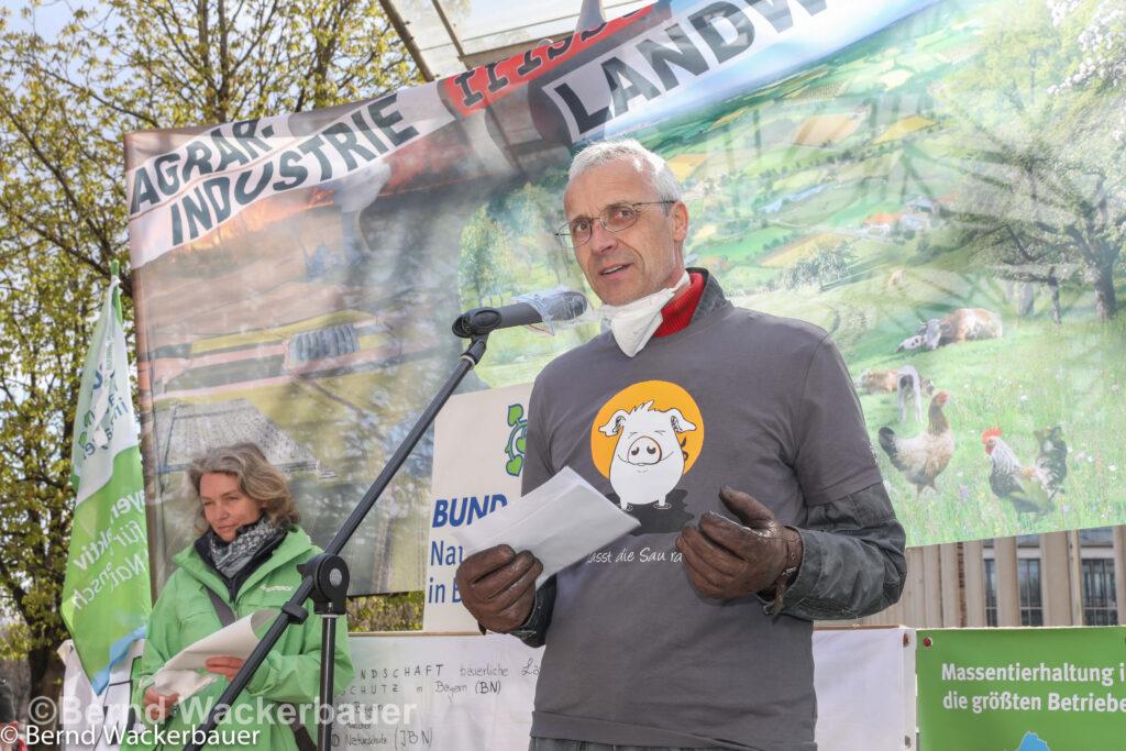 Henning von Luetow hält eine Rede