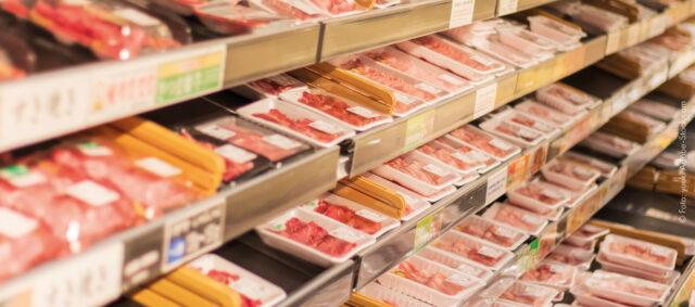 verpacktes Fleisch im Supermarktregal