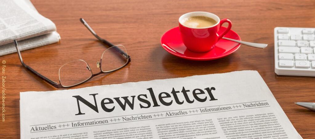 Newsletter - Zeitung auf Schreibtisch
