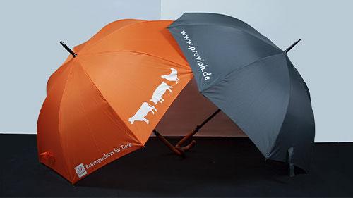 Ein grauer und ein orangener Regenschirm