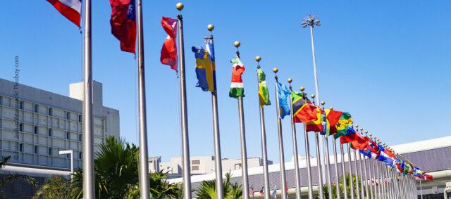 Flaggen vor blauen Himmel